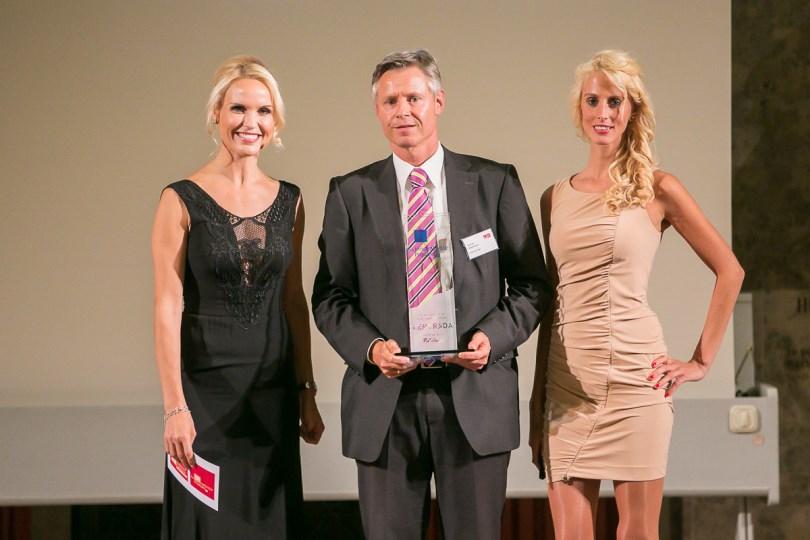 Thomas Hildebrandt, Director Marketing Neurology Genzyme, (Mitte) auf der Preisverleihung © Eurecon Verlag / Andreas Schebesta