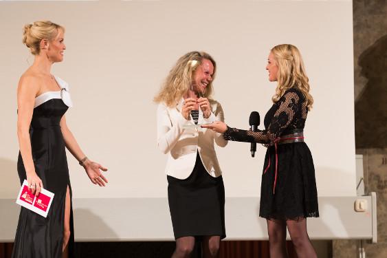 Dr. Dorothee Mechau (Mitte), Senior Director Diabetes Lilly, Tamara Sedmak (Links), Moderatorin und Franziska Janetzko (Rechts), Bühnenassistentin