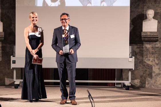 Dr. Peter Amann, Franchise Lead Neuroscience, Roche Pharma und Tamara Sedmak, Moderatorin, auf der Preisverleihung
