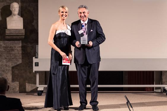 Georg Okroy, Director Sales Biogen und Tamara Sedmak, Moderatorin, auf der Preisverleihung