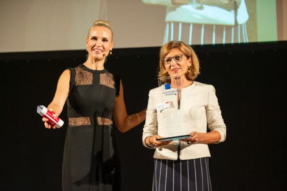 Gerlinda Kramer-Peters, Account Managerin, Roche Pharma (Rechts) mit Tamara Sedmak, Moderatorin (Links), auf der Preisverleihung