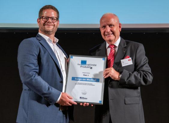 Dr. Tim Horeman, CTO Surge-on Medical (Links) mit Dr. Dieter Jung, CEO Eurecon Verlag (Rechts), auf der Preisverleihung © Eurecon Verlag / Denis Jung