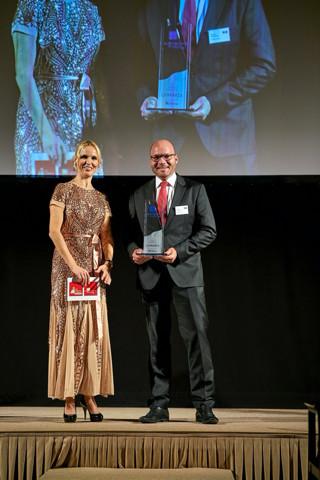 Gerhard Schumacher, Head of Marketing & Sales Lynparza, AstraZeneca und Tamara Sedmak, Moderatorin, auf der Preisverleihung /© Eurecon Verlag / Denis Jung